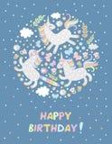 Χρόνια πολλά ευχετήρια κάρτα με τους χαριτωμένους μονοκέρους, τις πεταλούδες, τα λουλούδια, τα σύννεφα και τα αστέρια μαγική εικό ελεύθερη απεικόνιση δικαιώματος