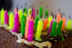 Χρόνια πολλά! Κέικ με τα κεριά Στοκ φωτογραφία με δικαίωμα ελεύθερης χρήσης