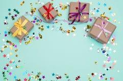 Χρόνια πολλά και κιβώτιο δώρων στο υπόβαθρο χρώματος Στοκ φωτογραφία με δικαίωμα ελεύθερης χρήσης