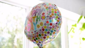 Χρόνια πολλά μπαλόνι κομμάτων που απεικονίζει τα περίχωρα με το vibrantly τυπωμένο κείμενο φιλμ μικρού μήκους