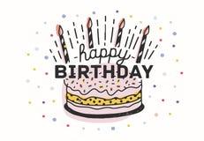 Χρόνια πολλά να γράψει χειρόγραφη με την κομψή καλλιγραφική πηγή στο κέικ με τα κεριά και διακοσμημένος με ζωηρόχρωμο ελεύθερη απεικόνιση δικαιώματος