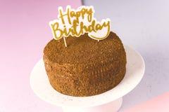 Χρόνια πολλά τα κεριά στη σοκολάτα συσσωματώνουν το νόστιμο σπιτικό κέικ σοκολάτας για το διάστημα αντιγράφων υποβάθρου Muiticolo στοκ φωτογραφίες με δικαίωμα ελεύθερης χρήσης