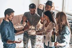 Χρόνια πολλά! Τοπ άποψη των ευτυχών γενεθλίων εορτασμού νεαρών άνδρων στοκ φωτογραφίες