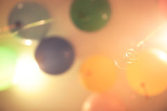 Χρόνια πολλά υπόβαθρο με τα μπαλόνια στα χρώματα κρητιδογραφιών Στοκ φωτογραφία με δικαίωμα ελεύθερης χρήσης