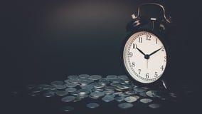 Χρόνος αποταμίευσης, ξυπνητήρι με τα νομίσματα που απομονώνονται στο μαύρο υπόβαθρο Με το εκλεκτής ποιότητας φίλτρο Στοκ Εικόνες