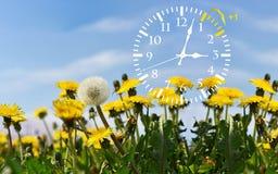 Χρόνος αποταμίευσης φωτός της ημέρας Ρολόι αλλαγής στο θερινό χρόνο στοκ εικόνα