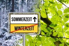Χρόνος αποταμίευσης φωτός της ημέρας DST Zeitumstellung von Winterzeit auf Sommerzeit Schild στοκ φωτογραφία με δικαίωμα ελεύθερης χρήσης