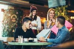 Χρόνος για έναν καφέ μετά από να ψωνίσει Στοκ φωτογραφίες με δικαίωμα ελεύθερης χρήσης
