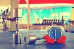 Χρόνος για την άσκηση του ξυπνητηριού και του αλτήρα το υπόβαθρο γυμναστικής Χρονική υγιής έννοια μεριδίου Στοκ φωτογραφία με δικαίωμα ελεύθερης χρήσης