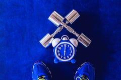 Χρόνος για την άσκηση του ξυπνητηριού και του αλτήρα το υπόβαθρο γυμναστικής Χρονική υγιής έννοια μεριδίου Στοκ Εικόνες