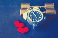 Χρόνος για την άσκηση του ξυπνητηριού και του αλτήρα το υπόβαθρο γυμναστικής Χρονική υγιής έννοια μεριδίου Στοκ εικόνα με δικαίωμα ελεύθερης χρήσης