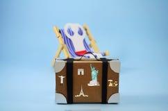 Χρόνος για τις διακοπές, άτομο εγγράφου σε μια καρέκλα ήλιων Στοκ φωτογραφία με δικαίωμα ελεύθερης χρήσης