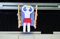 Χρόνος για τις διακοπές, άτομο εγγράφου σε μια καρέκλα ήλιων Στοκ εικόνες με δικαίωμα ελεύθερης χρήσης