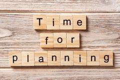 Χρόνος για τον προγραμματισμό της λέξης που γράφεται στον ξύλινο φραγμό Χρόνος για τον προγραμματισμό του κειμένου στον πίνακα, έ Στοκ Εικόνα