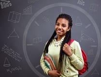 Χρόνος για χαμογελώντας μαθήτρια μαθηματικών †« Στοκ φωτογραφία με δικαίωμα ελεύθερης χρήσης