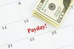 Χρόνος για payday με ένα μηνιαίο ημερολόγιο με τους λογαριασμούς 20 δολαρίων στοκ εικόνα με δικαίωμα ελεύθερης χρήσης