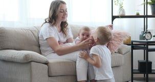 Χρόνος εξόδων μητέρων με τα παιδιά στο σπίτι απόθεμα βίντεο