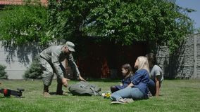 Χρόνος εξόδων στρατιωτικών με την οικογένεια φιλμ μικρού μήκους