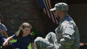 Χρόνος εξόδων στρατιωτικών με την οικογένεια απόθεμα βίντεο