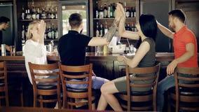 Χρόνος εξόδων με τους φίλους στο μπαρ Ομάδα παλιών φίλων που έχουν τη συνομιλία απόθεμα βίντεο
