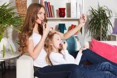 Χρόνος εξόδων μητέρων και μικρών κοριτσιών από κοινού Στοκ Φωτογραφία