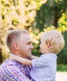 Χρόνος εξόδων μπαμπάδων με το γιο του στο πάρκο Στοκ εικόνα με δικαίωμα ελεύθερης χρήσης