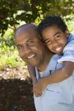 Χρόνος εξόδων πατέρων και γιων αφροαμερικάνων από κοινού Στοκ Φωτογραφίες