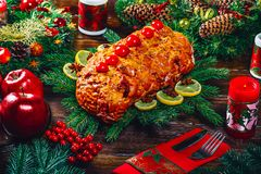 Χρόνος επιτραπέζιων γευμάτων Χριστουγέννων με τα ψημένα κρέατα, κεριά Ημέρα των ευχαριστιών υποβάθρου Στοκ Φωτογραφία