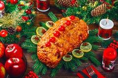 Χρόνος επιτραπέζιων γευμάτων Χριστουγέννων με τα ψημένα κρέατα, κεριά Ημέρα των ευχαριστιών υποβάθρου Στοκ Εικόνες