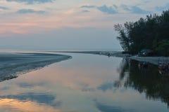 Χρόνος ηλιοβασιλέματος στην παραλία Pak Meng, επαρχία Trang, Ταϊλάνδη στοκ εικόνα
