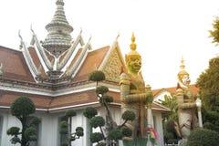Χρόνος ημέρας του κινεζικού αγάλματος φυλάκων στον κύριο ναό Prang Wat Arun Ratchawararam Ratworamahawihan της Dawn Στοκ Φωτογραφία