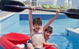 Χρόνος διασκέδασης στην πισίνα Στοκ φωτογραφία με δικαίωμα ελεύθερης χρήσης
