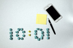 Χρόνος και τηλέφωνο και αυτοκόλλητη ετικέττα και λαβή Στοκ φωτογραφίες με δικαίωμα ελεύθερης χρήσης