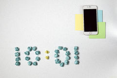 Χρόνος και τρία αυτοκόλλητες ετικέττες και τηλέφωνο Στοκ εικόνα με δικαίωμα ελεύθερης χρήσης