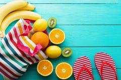 Χρόνος και φρούτα θερινής διασκέδασης στο μπλε ξύλινο υπόβαθρο Χλεύη επάνω και γραφικός Πορτοκάλι, λεμόνι, ακτινίδιο, φρούτα μπαν στοκ φωτογραφία με δικαίωμα ελεύθερης χρήσης