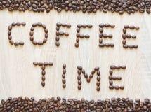 Χρόνος καφέ λέξης που βρίσκεται από τα φασόλια καφέ Στοκ Φωτογραφία