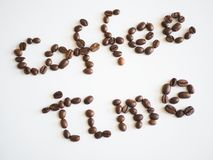 Χρόνος καφέ εγγραφής που τακτοποιείται από τα φασόλια καφέ Στοκ φωτογραφία με δικαίωμα ελεύθερης χρήσης