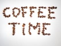 Χρόνος καφέ εγγραφής που τακτοποιείται από τα φασόλια καφέ Στοκ εικόνα με δικαίωμα ελεύθερης χρήσης