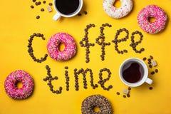 Χρόνος καφέ κειμένων από τα φασόλια καφέ και Donuts Στοκ Εικόνα
