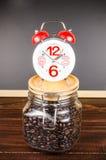 Χρόνος καφέ, ξυπνητήρι με το φασόλι καφέ στο μπουκάλι γυαλιού Στοκ εικόνα με δικαίωμα ελεύθερης χρήσης