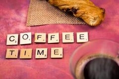 Χρόνος καφέ - ξύλινες έννοιες επιστολών αλφάβητου Στοκ Εικόνες