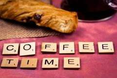 Χρόνος καφέ - ξύλινες έννοιες επιστολών αλφάβητου Στοκ Φωτογραφίες