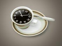 Χρόνος καφέ, ρολόι που επισύρει την προσοχή στο φλυτζάνι καφέ Στοκ εικόνα με δικαίωμα ελεύθερης χρήσης