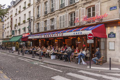 Χρόνος μεσημεριανού γεύματος καφέδων στο Παρίσι, Γαλλία Στοκ Φωτογραφία