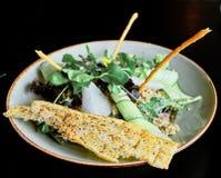 χρόνος μεσημεριανού γεύματος με τη σαλάτα στοκ φωτογραφίες