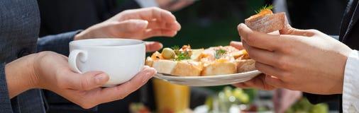 Χρόνος μεσημεριανού γεύματος στο γραφείο Στοκ φωτογραφία με δικαίωμα ελεύθερης χρήσης