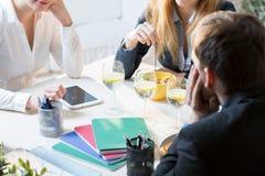 Χρόνος μεσημεριανού γεύματος στο γραφείο Στοκ Εικόνες
