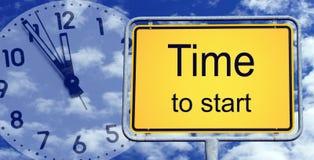 Χρόνος να αρχιστεί το σημάδι και το ρολόι Στοκ Φωτογραφίες