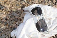 Χρόνος να ληφθούν διακοπές! Τα άσπρα γυαλιά ηλίου είναι κομψά για τις μόδες καλοκαιριού! Στοκ φωτογραφία με δικαίωμα ελεύθερης χρήσης