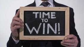 Χρόνος να κερδηθεί η φράση κινήτρου στον πίνακα στα χέρια επιχειρηματιών, έμπνευση φιλμ μικρού μήκους